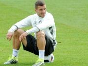 Podolski wehrt sich - und verr�t Kopfball-Geheimnis