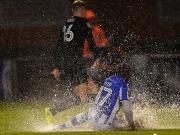 Im strömenden Regen - Wetter und Reflexe retten Aston Villa