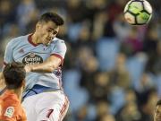 Iago Aspas schiebt den Ball am leeren Tor vorbei