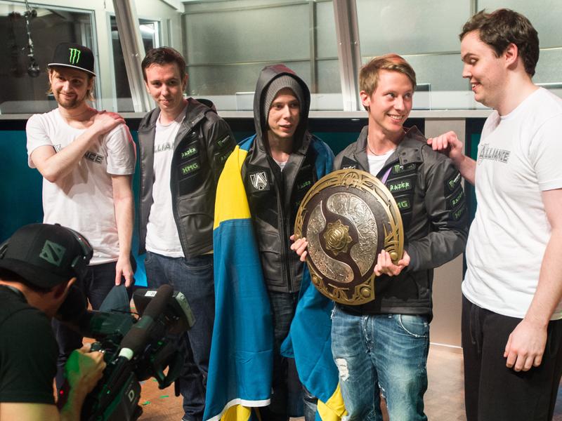 Fast wie in der Bundesliga: The Alliance nimmt die Gewinnerschale von The International 2013 entgegen.