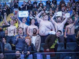Sechs Fans feuern ihren Lieblingsspieler 'KuroKy' an.