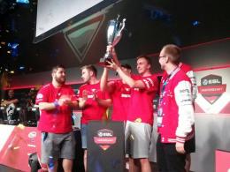 Erfolgreiche Titelverteidigung: mousesports stemmt den ESLM-Pokal.