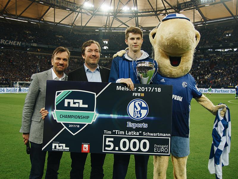 (von links) Dr. Dirk Scharrer und Thorsten Zippan übergaben am Samstag den Pokal an Tim Schwartmann. Schalke-Maskottchen Erwin war ebenfalls dabei.