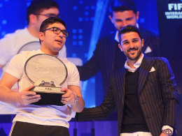 Überglücklich nahm Mohamad Al-Bacha die FIWC-Trophäe von David Villa entgegen.