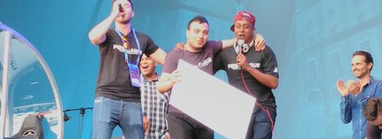 Rachid 'usmakabyle' Tebane (mi.) ist neuer PES-Weltmeister und kann neben dem Pokal ein Preisgeld von 15.000 Euro mit nach Hause nehmen.