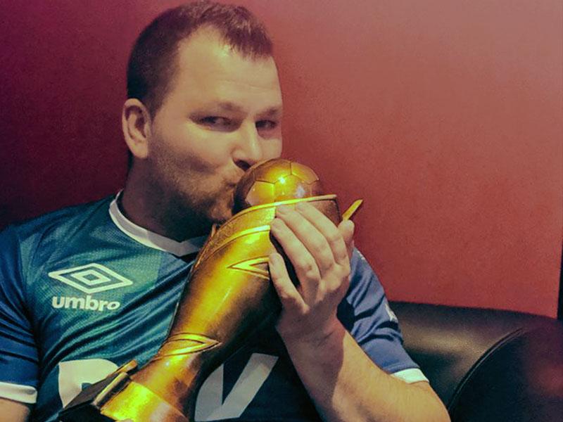 Matthias Winkler beweist starke Nerven und holt den Meisterpokal.