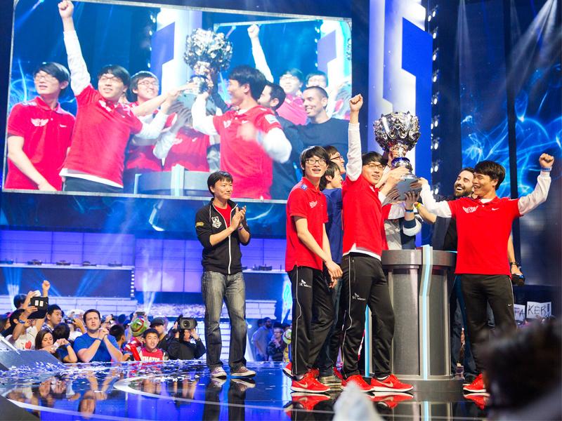 """Die Gewinner der 3. World Championship Saison in League of Legends: Das Team """"SK Telecom T1""""."""