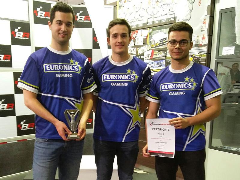 Julian Kunze (li.) mit seinen Teamkollegen André Santos (m.) und Etienne Bruns (re.).