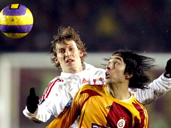 Enges Duell: Galatasarays Emre (vorne) im Luftkampf mit Leverkusens Kießling.