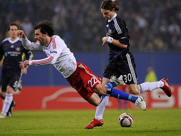 Fußball, Europa League: Ruud van Nistelrooy, hier gefoult von Anderlechts Guillaume Gillet, stand in der Startelf des HSV.