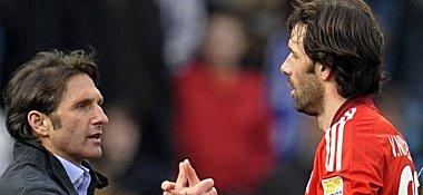 Fußball, Europa League: HSV-Trainer Bruno Labbadia und Ruud van Nistelrooy.