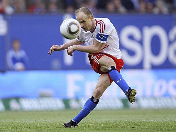 Fußball, Europa League: Kapitän David Jarolim versucht den HSV wieder auf Kurs zu bringen.