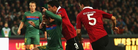 Kleiner Ringkampf mit Folgen: Karim Haggui drückt Theofanis Gekas nieder.