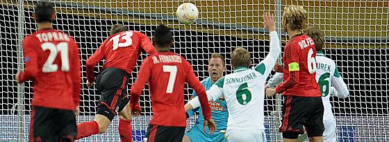 Leverkusener Führungstreffer: Jens Hegeler (Nr. 13) ist zur Stelle.