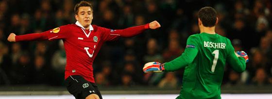 Hannovers Stürmer Sobiech kommt gegen Enschedes Keeper Boschker zu spät.