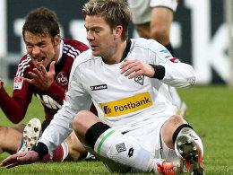 Gladbachs Thorben Marx, hier mit Nürnbergs Markus Feulner, steht den Gladbachern gegen Lazio Rom wieder zur Verfügung.