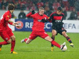 Leverkusens Bender grätscht gegen Benficas Melgareja.