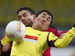 Ahmedov, Anschis Torschütze zum 2:1, schirmt den Ball gegen Schmiedebach ab.