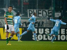 Die Lazio-Spieler jubeln, Gladbach-Torschütze Arango (li.) ist bedient.