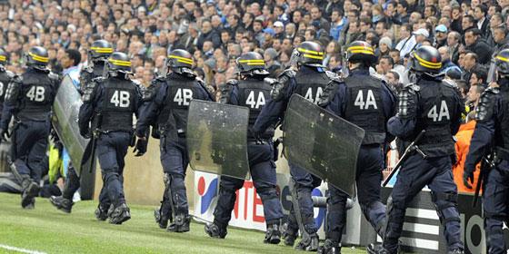 Auch viele französische Polizisten konnten beim Spiel in Marseille den Platzsturm der Fenerbahce-Anhänger nicht verhindern.