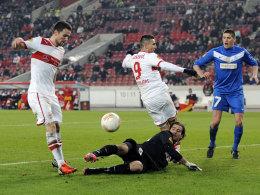 Christian Gentner lupft den Ball über Genks Keeper Köteles zum Führungstor gegen den KRC.