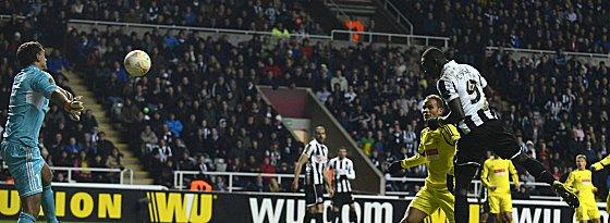 Der Einzug ins Viertelfinale: Papiss Demba Cissé köpft das entscheidende Tor für Newcastle.