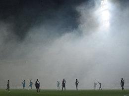 Nebliger Beginn: Vor dem Anpfiff des Spiels in Bordeaux zündeten Eintracht-Fans Pyro-Technik. Deswegen ermittelt nun die UEFA.