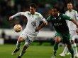 Zerrrei�probe: Wolfsburgs Tr�sch im Duell mit Andre Carrillo (re.).