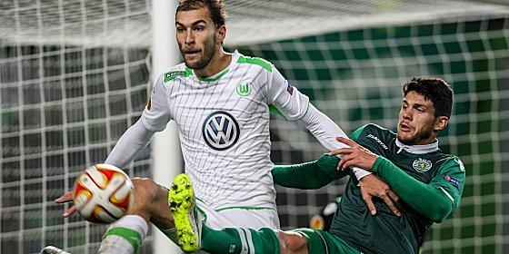 Wolfsburgs Bas Dost gegen Sportings Jonathan Silva
