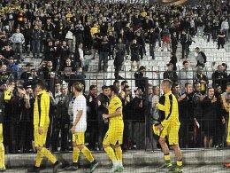 """""""Nicht alle über einen Kamm scheren"""": Die BVB-Profis gingen trotz der Krawalle nach dem Spiel zu ihren Fans."""