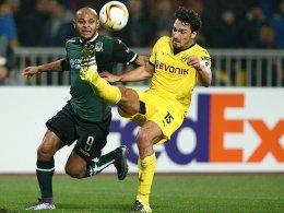 BVB-Kapitän Mats Hummels lässt Ari nicht vorbeiziehen.
