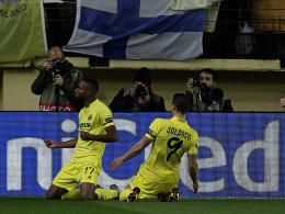 Doppelpacker: Villarreals zweifacher Torschütze Cedric Bakambu jubelt gemeinsam mit Roberto Soldado (re.).