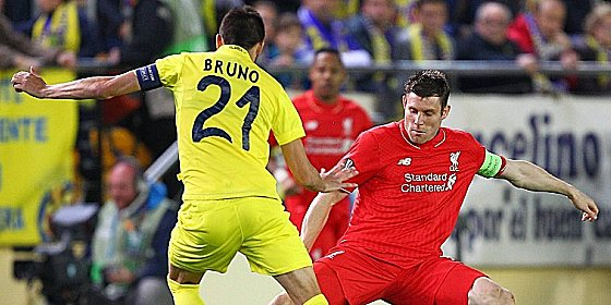 Tanz um den Ball: Villarreal Bruno Soriano gegen James Milner (re.).