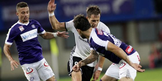 Hinspiel gewonnen: Austrias Christoph Martschinko (r.) gegen Rosenborgs Anders Konradsen (Mitte).