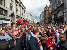 Gänsehaut: 20.000 Kölner Fans ziehen durch London