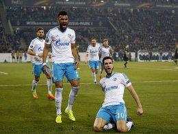 Platzfehler und Elfmeter: Schalke ist weiter