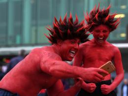 Bilder: Echte Red Devils, Biergenuss und Hochspannung