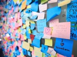 Symbol gegen Terrorismus: Fans gedenken gemeinsam