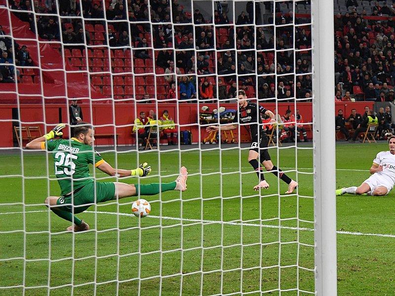 Chance vergeben: Lucas Alario scheitert kurz vor der Pause an FC-Keeper Yanick Brecher (l.).