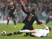 Nicht zu stoppen: Doppeltorschütze Lukas Podolksi wird von McCann zu Boden gezerrt.