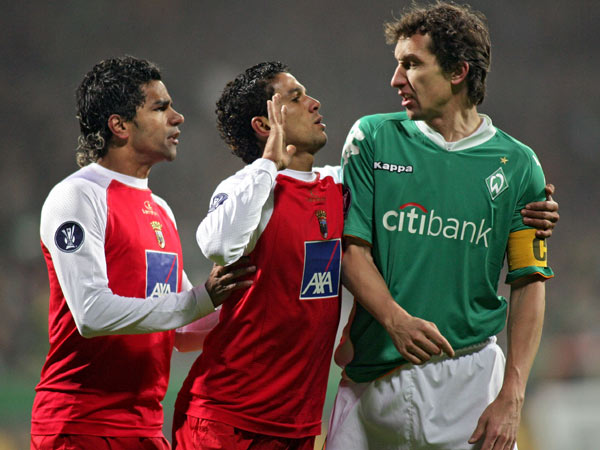 """Die Portugiesen Jorginho (li.) und Matheus """"diskutieren"""" mit Werder-Kapitän Baumann"""