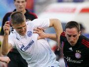 Ribery im Duell mit Denisov (li.).
