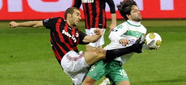 Milans Flamini gegen Bremens Diego (re.)