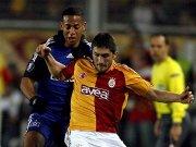 Istanbuls Sabri (re.) im Zweikampf mit Aogo.