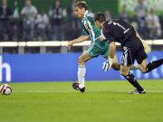 Fußball, Eurpopa League: Frank Rost vom Hamburger SV läuft Jelavic hinterher.