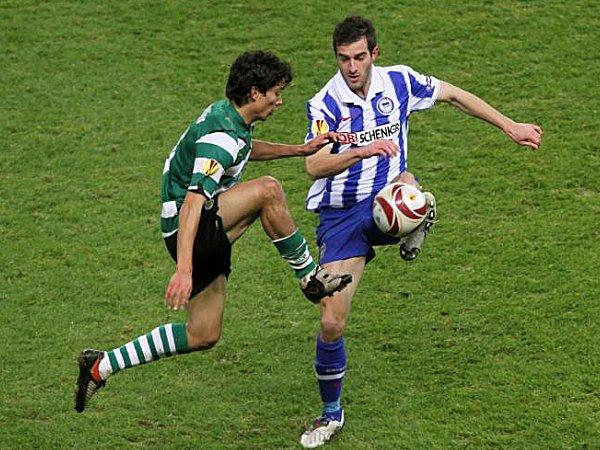 Nicu, Flankengeber beim Führungstor, misst sich hier mit Sportings Fernandez.