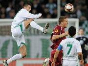 Wolfsburgs Simunek geht etwas zu brachial ins Duell mit Bukharov. Josué schaut zu.