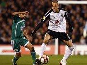 Wolfsburgs Kapitän Josue stört Fulhams Zamora bei der Ballannahme.