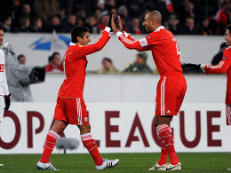 Benficas Torschütze Salvio feiert mit Kapitän Luisao (re.)