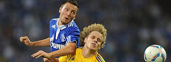 Schalkes Höger gegen Pukki (re.).